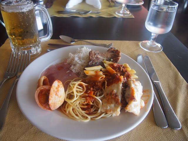 プンタカナのホテルのビュッフェの昼食