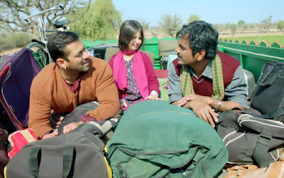 Salman Khan and Nawazuddin Siddiqui in Bajrangi Bhaijaan, on a bus top, Bajrangi Bhaijaan, Directed by Kabir Khan