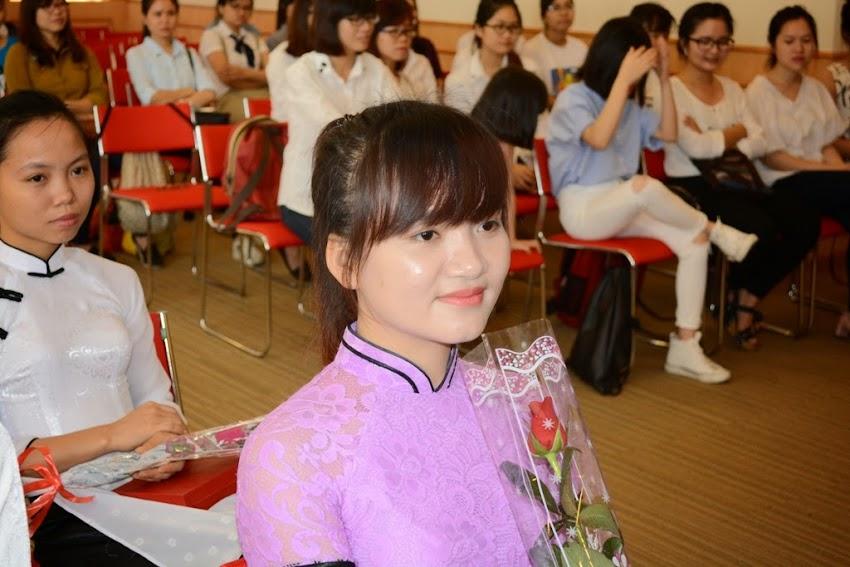 Các em nữ sinh chăm chú lắng nghe phát biểu đại diện của Trung tâm và Trường