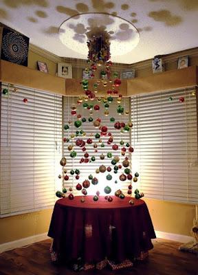 Pohon Natal dari Gantungan Bola Hias
