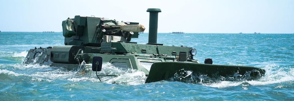 Обвішаний поплавками БТР-4  десантувався з катеру Сватове