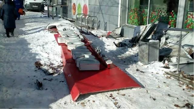 Вывеска магазина «Пятерочка» рухнула на женщину: она скончалась в больнице