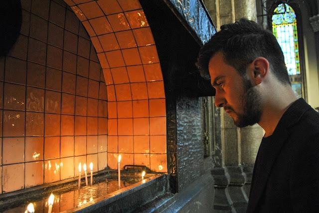 Harun İstenci İstanbul'un En Büyük Kilisesi olan Sent Antuan Kilisesinde pazar ayinine katılıyor ve mum yakıyor.