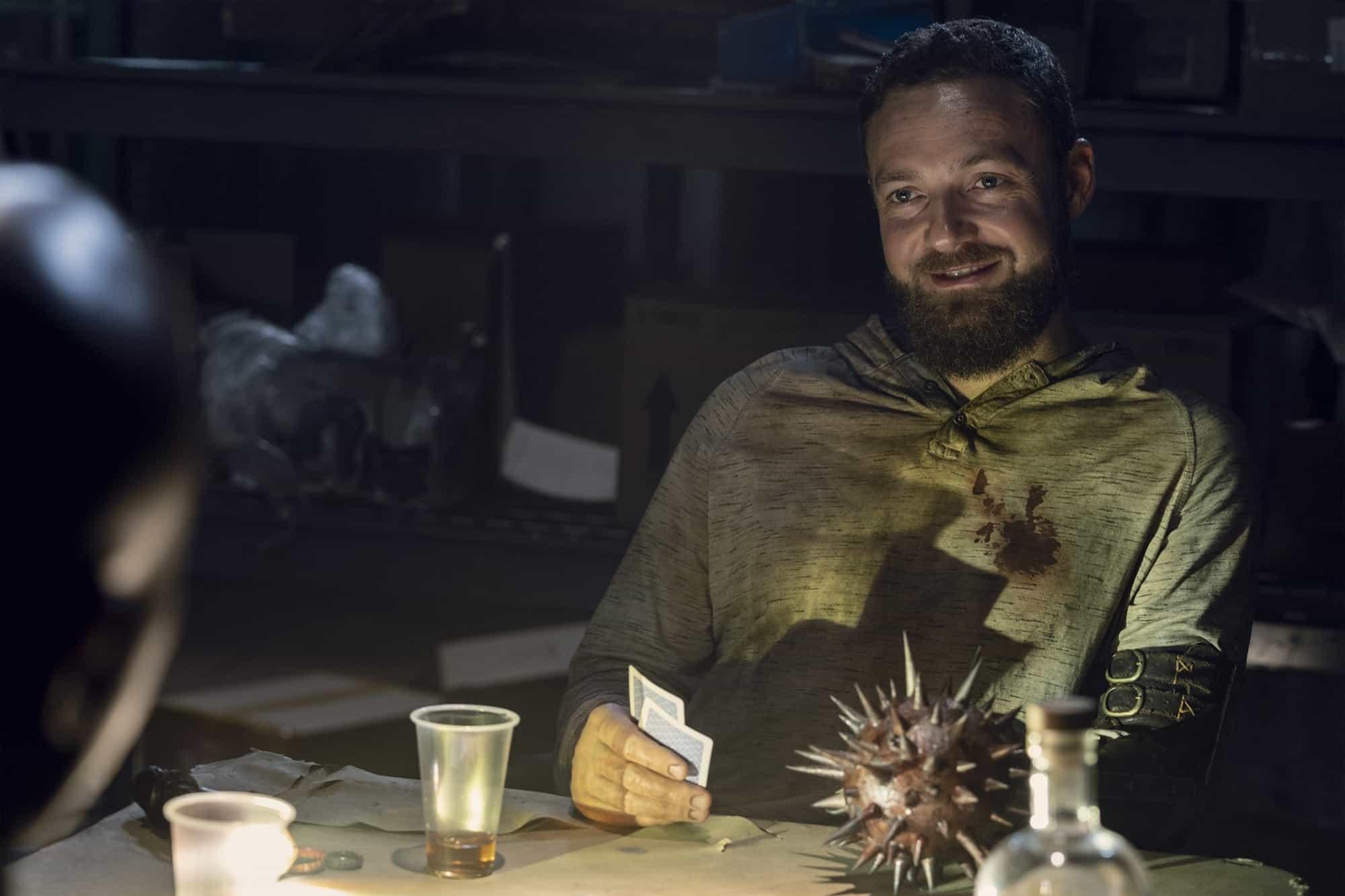 Aaron bebe demasiado con Gabriel en The Walking Dead