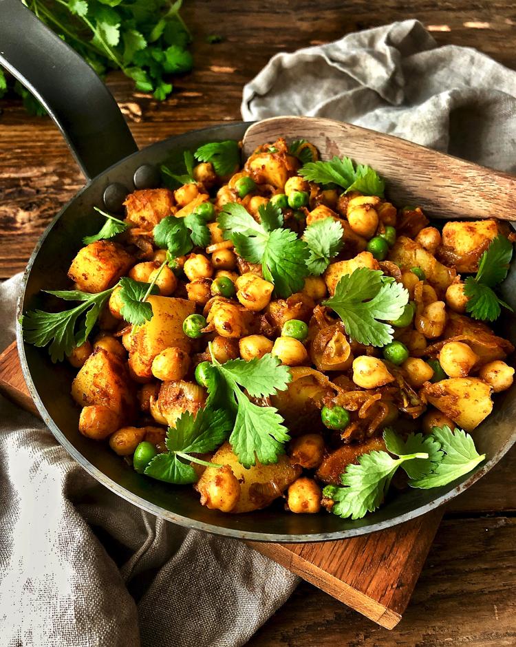 mausteisia perunoita ja kikherneitä pannula
