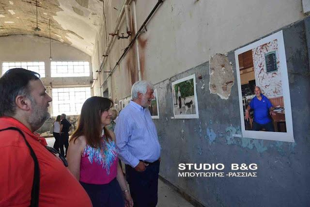 Ο Περιφερειάρχης Πελοποννήσου Πέτρος Τατούλης στην έκθεση καλλιτεχνών στο παλιό εργοστάσιο  ΡΕΑ