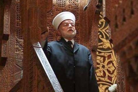 """تغاضيه عن التطرق لـ""""انتصار حماس"""" يكلف خطيب الاقصى الطرد من قبل مصلين"""