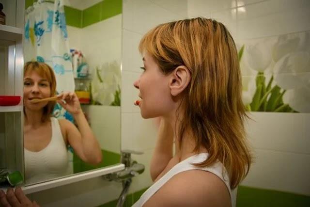 عندما تغسل أسنانك بالفرشاة ، فهذه علامة على أنك معرض لخطر الإصابة بنوبة قلبية