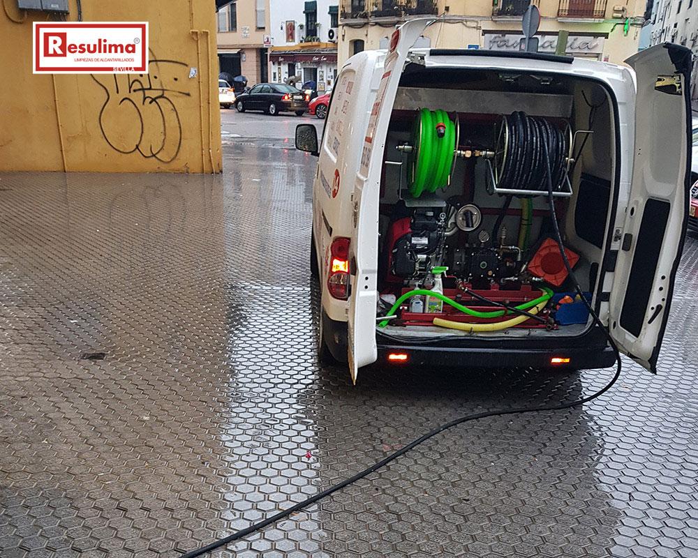 Camión bomba de agua a alta presión en Sevilla