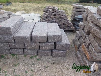 Pedras folhetas apicoadas para execução de escada de pedra.