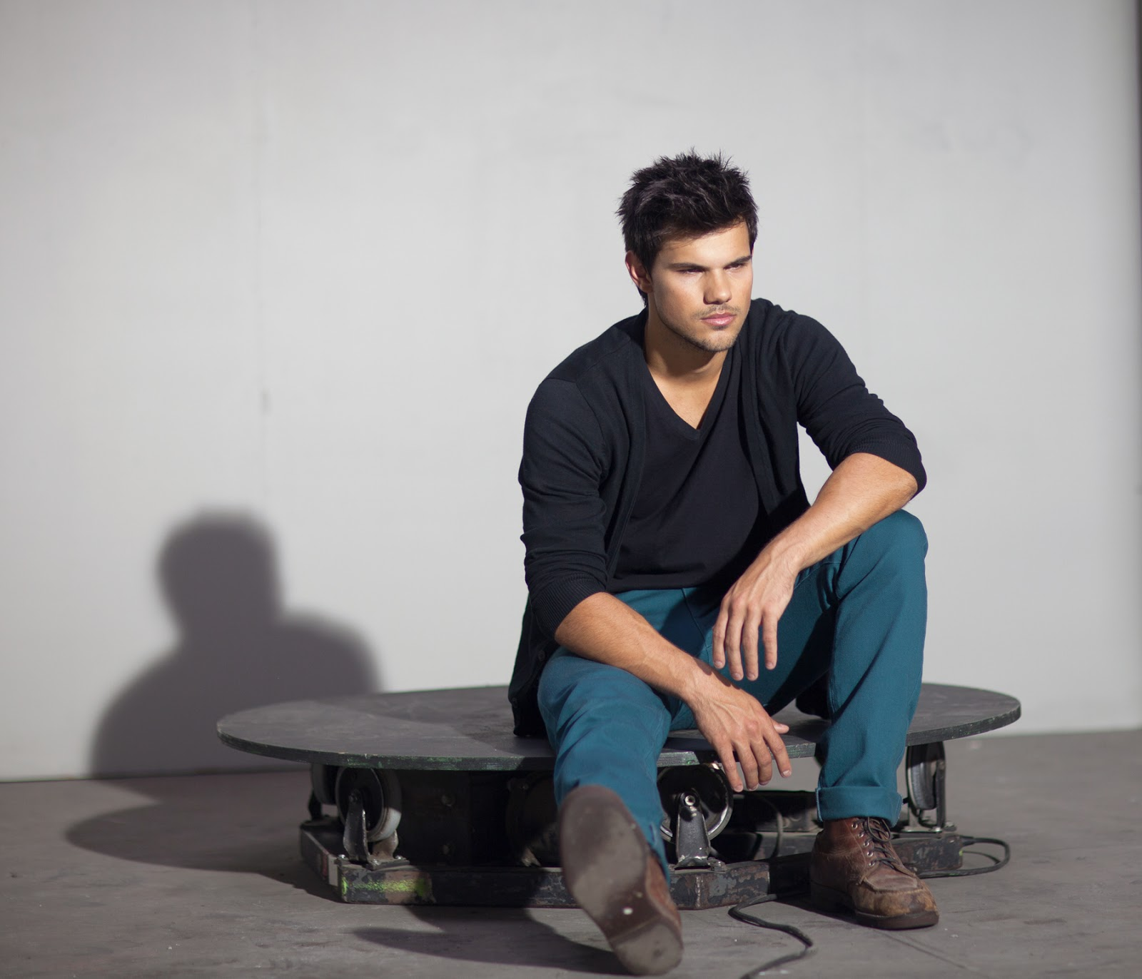 Taylor Lautner watches on as his doppelganger body double ... |Taylor Lautner Body 2013