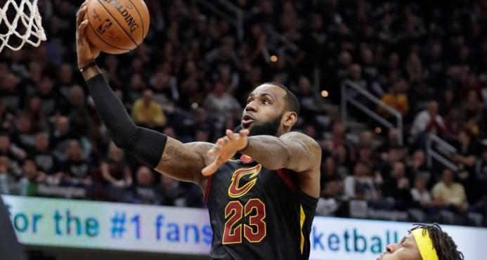 LeBron James guía a los Cavaliers a eliminar a los Pacers