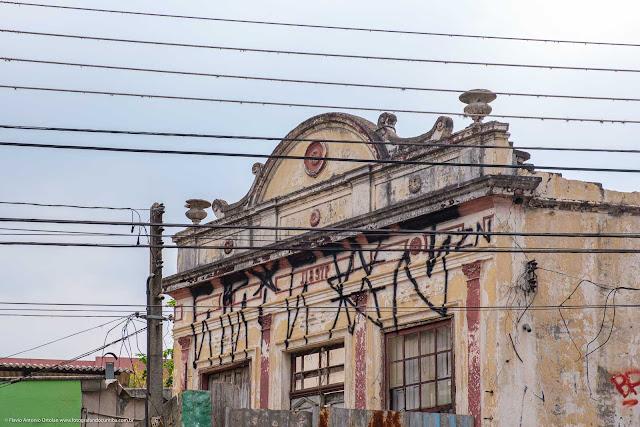 Casa antiga na Rua Trajano Reis - detalhe destacando a platibanda