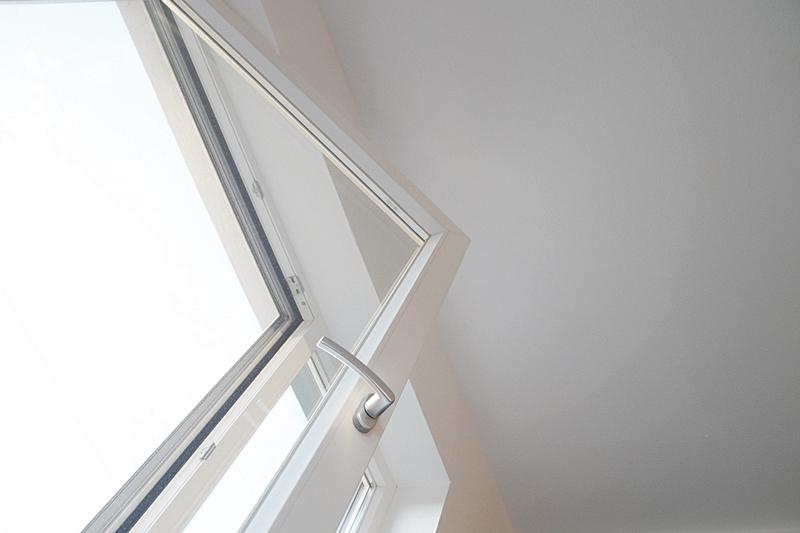 Perspektivenwechsel: Fenster geöffnet und weiße Wände von unten geometrisch Fotografie