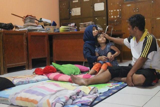 Penjaga Sekolah Ini 14 Tahun Tinggal di Ruang Guru, Honor Kecil hingga Sempat Tinggal di Gudang