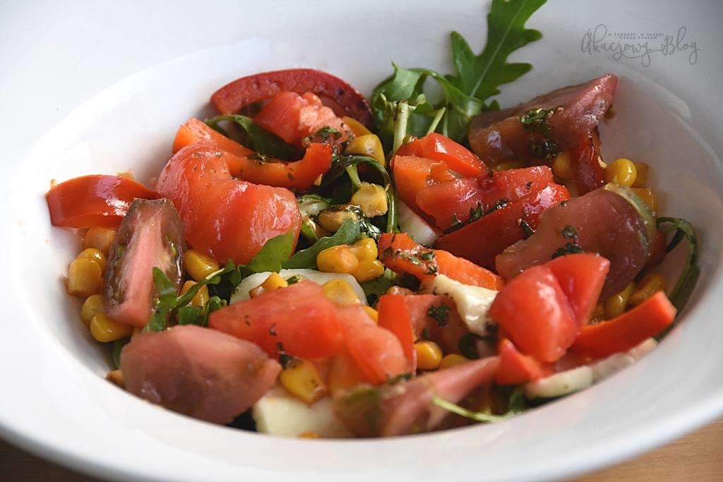 Sałatka z grillowanym serem halloumi, pomidorami, kukurydzą, papryką i ziołowym dressingiem.