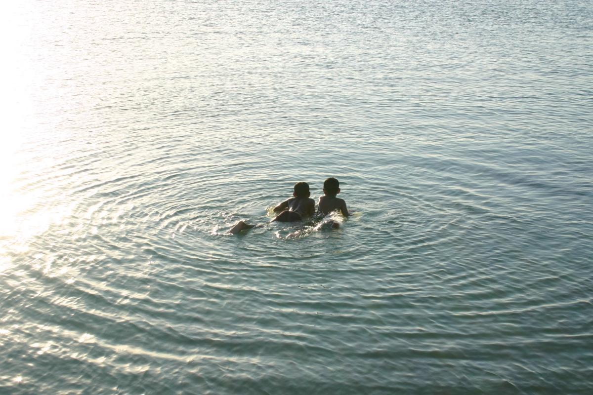 꾸따 바다에서 수영 중인 아이들