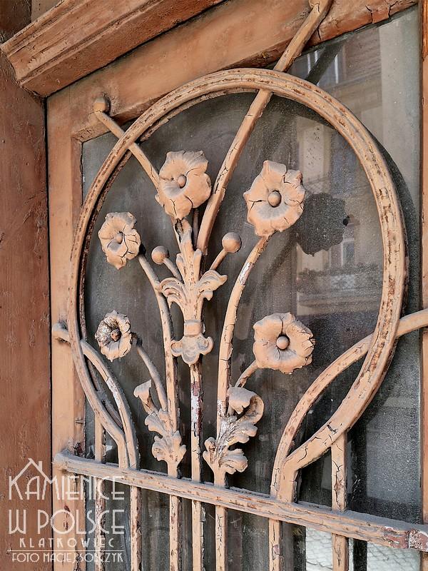 Wschowa. Kamienica. Ozdobne drzwi. Wejście. Kwiaty.