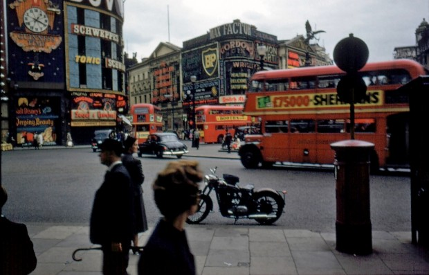 Wonderful Color Photographs Of Piccadilly Circus London