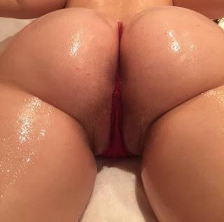 Culo redondo rubia micro tanga desnuda