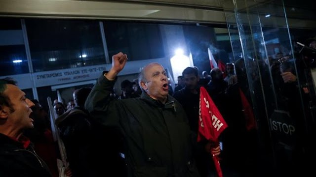 Greek protesters storm into labor ministry