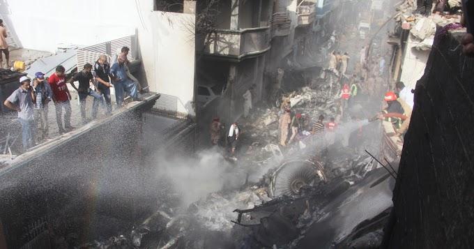 A vírusról cseverésztek a pilóták a karacsi repülő-szerencsétlenség előtt – 97 ember halt szörnyet a hisztéria miatt