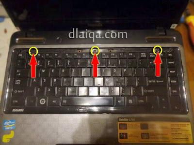 lepas sekrup pengunci keyboard