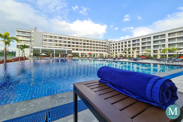 Hilton Clark Sun Valley Resort swimming pool