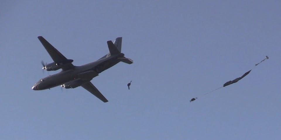 Військові випробовують Ан-26 адаптований для стрибків з американськими парашутами