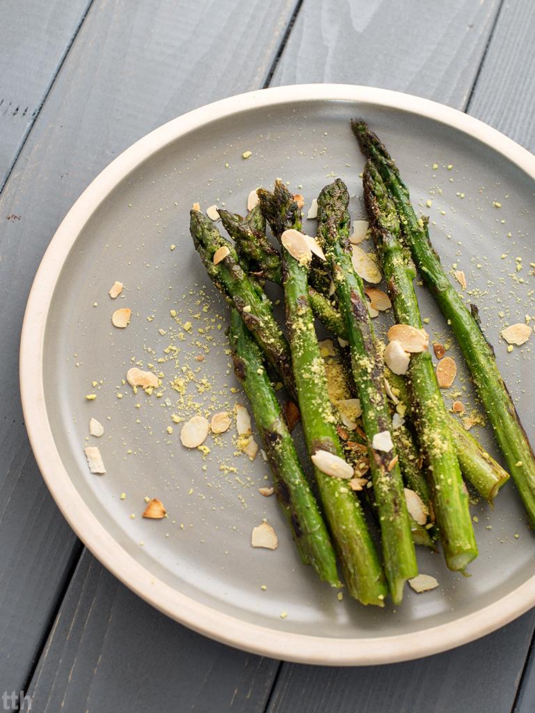 Szparagi z migdałami i wegańskim parmezanem wegańskie, bezglutenowe roślinna kuchnia blog