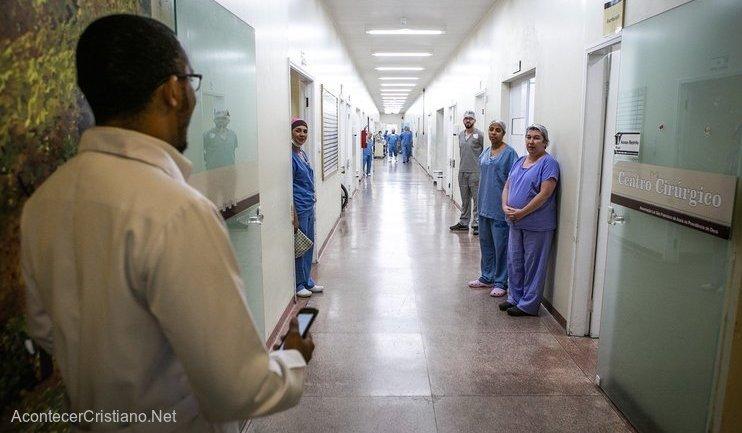 Hombre cantando en hospital