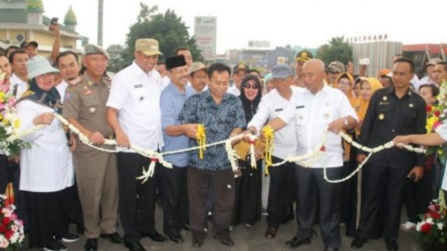 Bapak Rahmat Effendi meresmikan pembukaan jembatan caman
