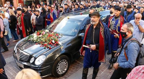 Η Ελλάδα αποχαιρετά τον Μίκη Θεοδωράκη: Συγκίνηση, 96 βρακοφόροι και πλήθος κόσμου στα Χανιά
