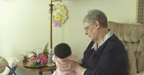 """Idosa de 78 anos já cuidou de mais de 80 bebês órfãos: """"Deus me deu um dom"""""""