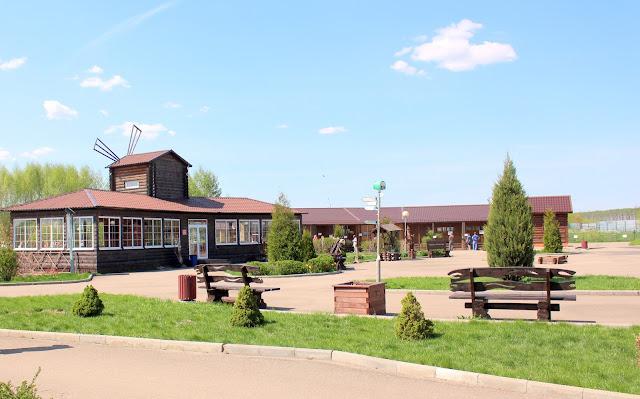 территория зоопарка в Ярославле