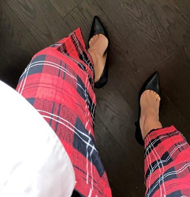 Caterina Balivo pantaloni scozzese tacchi neri alti 15 marzo