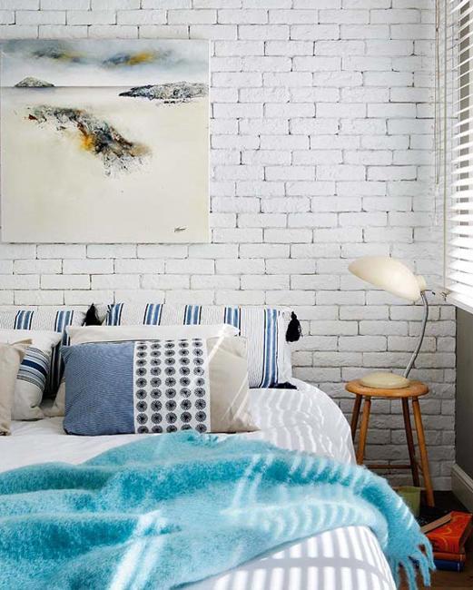 Decoração de quarto com parede de tijolinho a vista