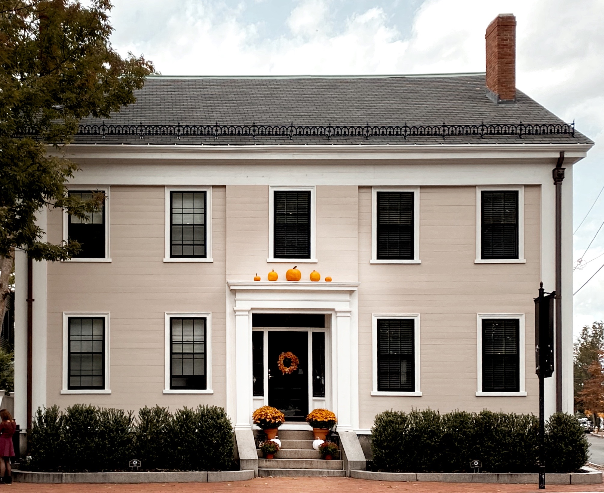 Home Decorated for Fall in Salem, Massachusetts | biblio-style.com