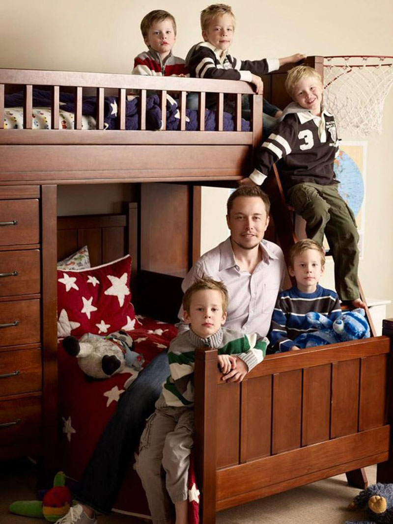 Ілон Маск з синами вдома