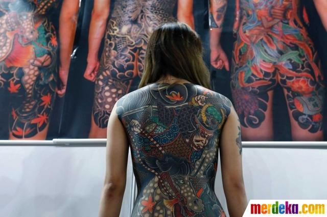 Pecandu Tato Bertelanjang Dada Pamer Gambar Di Tubuhnya
