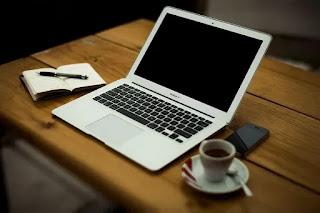Laptop dan handphone di atas meja