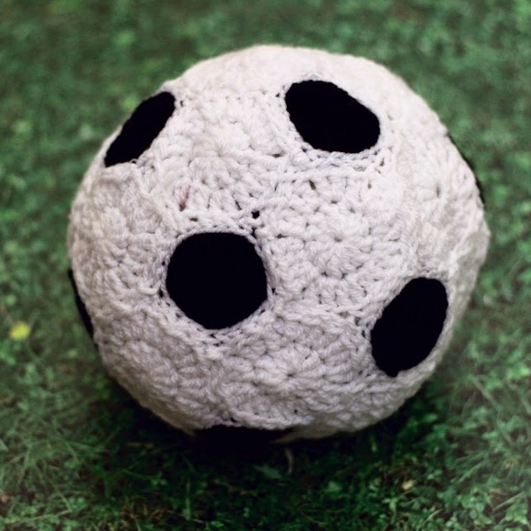 http://www.blog.oomanoot.com/crochet-soccer-ball-tutorial/?utm_source=directory&utm_medium=totally&utm_campaign=crochet-soccer-ball-tutorial