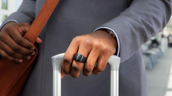 """سجلت شركة أبل براءة إختراع عبارة عن خاتم ذكي يتحكم في هواتف أيفون وجميع أجزة أبل الأخرى بما في ذلك مساعد """"سيري"""" عن طريق الأوامر الصوتية."""