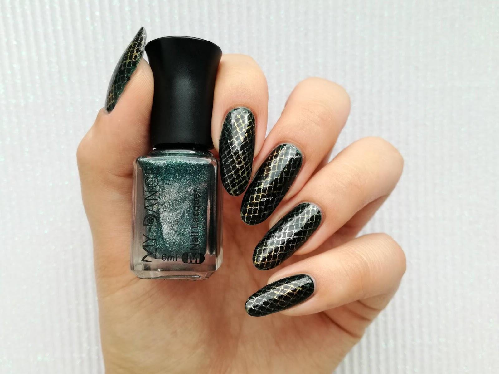 Wężowe paznokcie: błyszcząca skóra węża