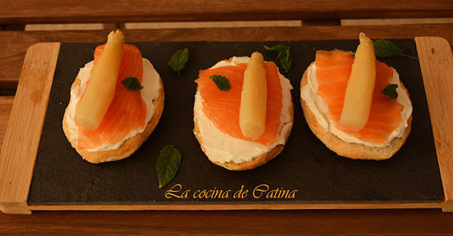 https://catinabarbero.blogspot.com/2019/07/tostas-de-salmon-esparragos-y-queso-de.html