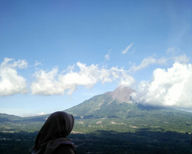 foto pemandangan gunung merapi dari ketep pass