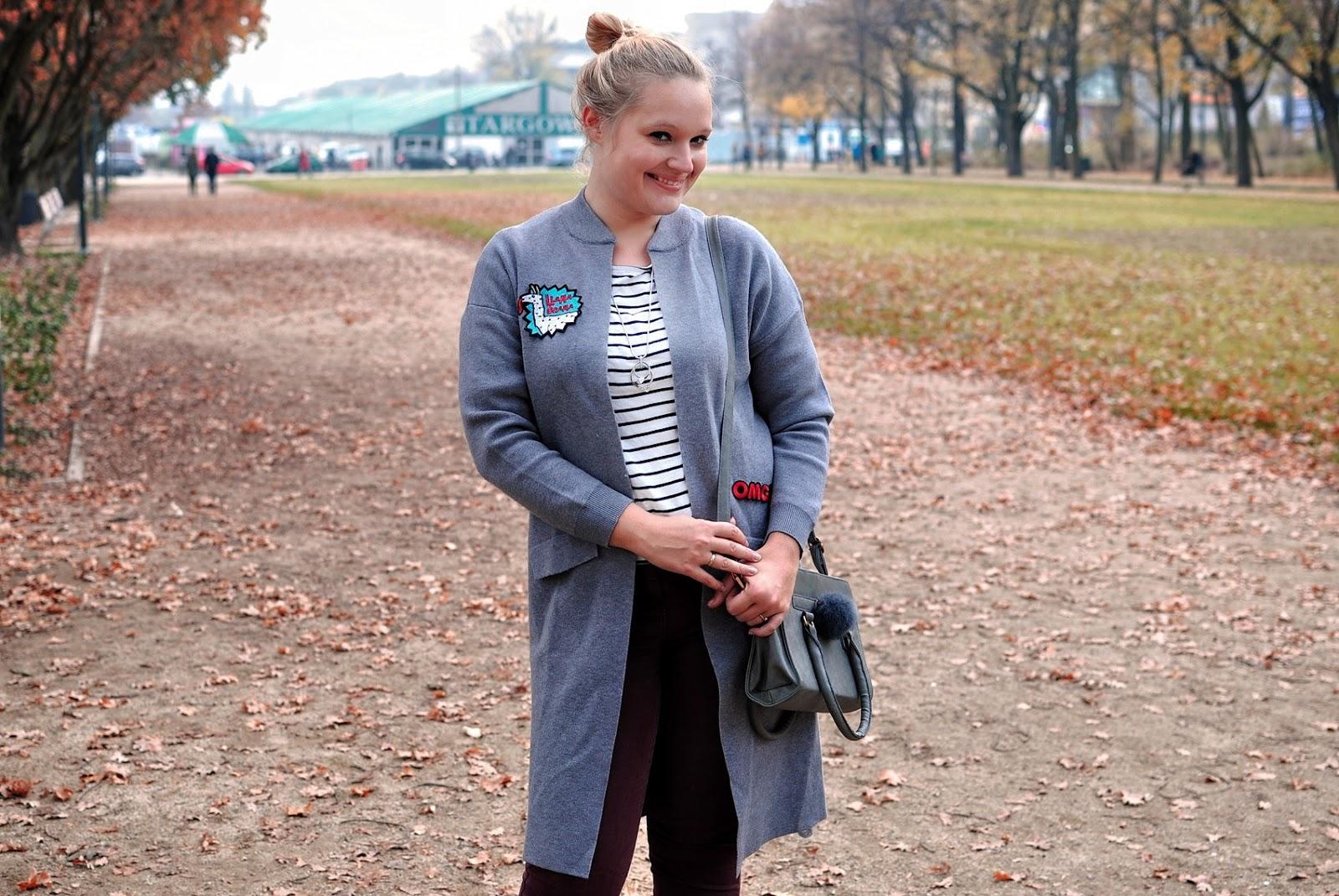 Jesienny sweter – długi i z naszywkami
