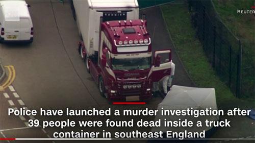 Pada Jumat sore, lebih banyak mayat korban diangkut dari trailer ke rumah sakit. Foto dari CNN.COM