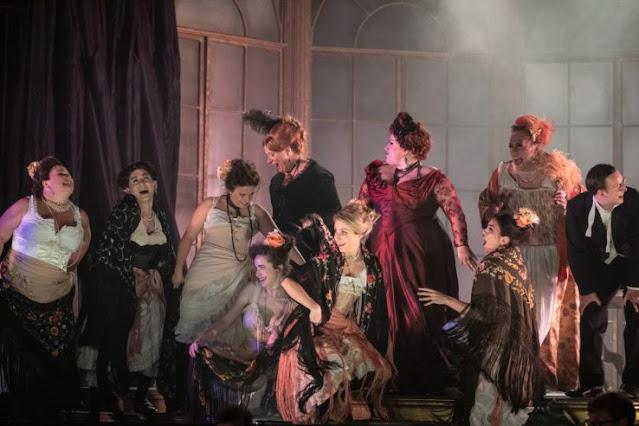 Verdi: La traviata - Laura Woods and chorus - Opera Holland Park (Photo Ali Wright)