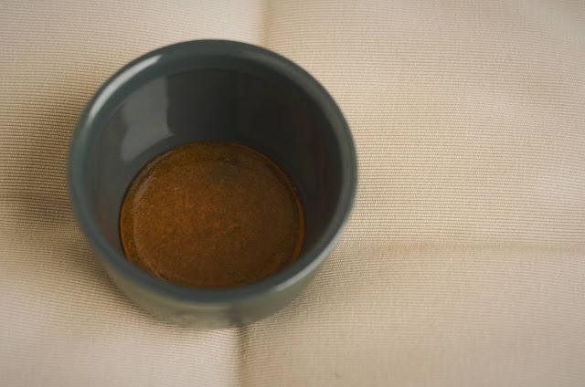 Turnati caramelul in ramekins